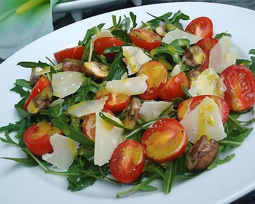 Salat s rukkoloj i gribami