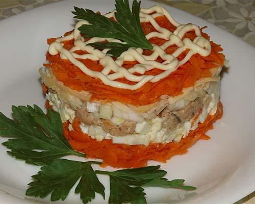 sloenyj salat s pechenyu treski i morkovyu
