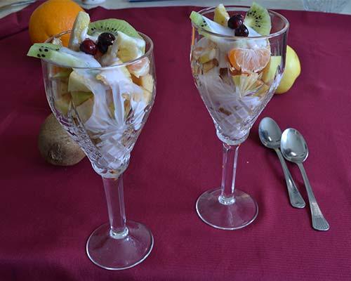 Fruktovyj salat s jogurtom