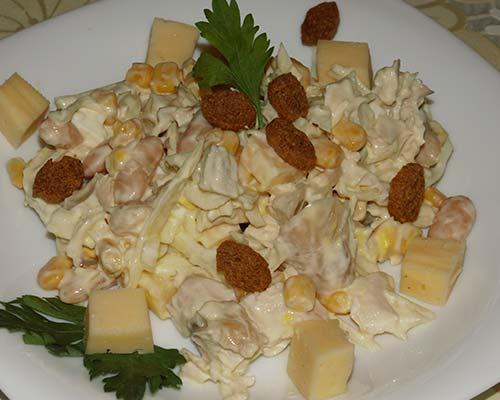 Fasolevyj salat s suharikami i kukuruzoj
