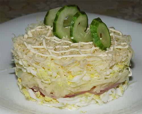 Slojonyj salat s syrom i yajtsom