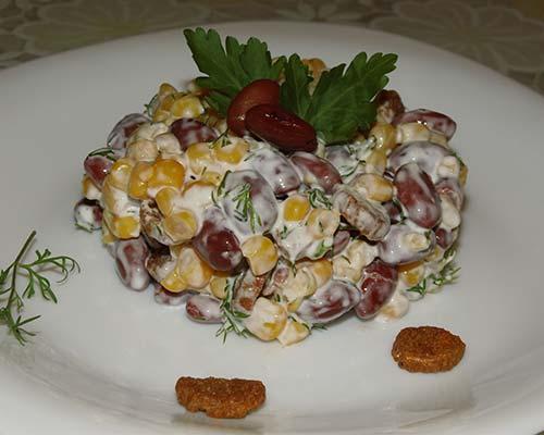 Salat s fasoljyu, kukuruzoj i suharikami