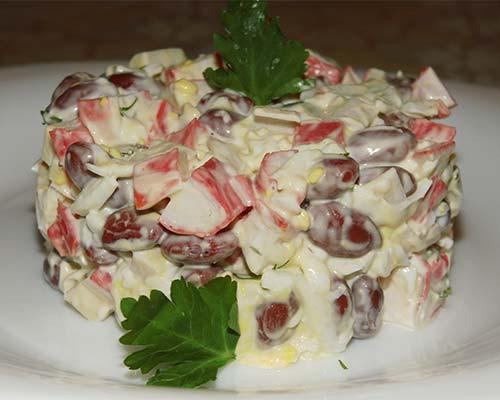 Salat s fasoljyu i krabovymi palochkami