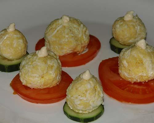 Salat s syrom, yajtsom, chesnokom i pomidorami