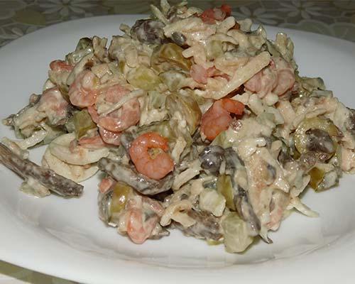 Salat s krevetkami i gribami