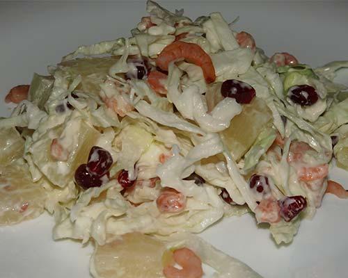 Salat s krevetkami, kapustoj i ananasami