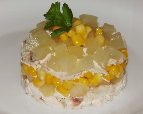 Salat s kurinoj grudkoj, ananasami