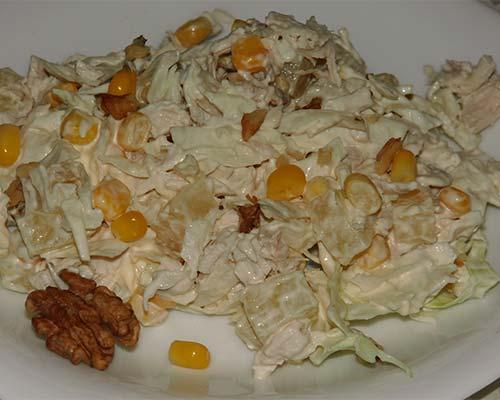 Salat s kurinoj grudkoj, ananasami i kapustoj