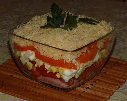 Salat koktejl s vetchinoj i syrom