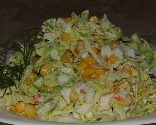 Krabovyj salat s kukuruzoj i kapustoj
