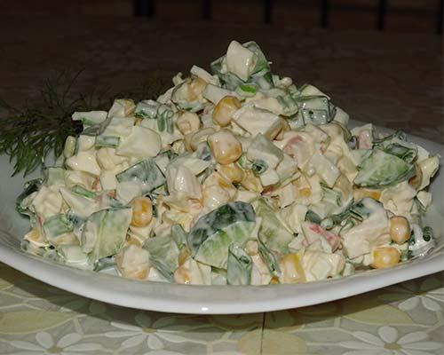 Krabovyj salat s kukuruzoj i ogurtsom