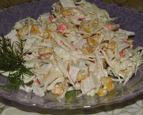 Salat s kapustoj, krabovymi palochkami i kukuruzoj