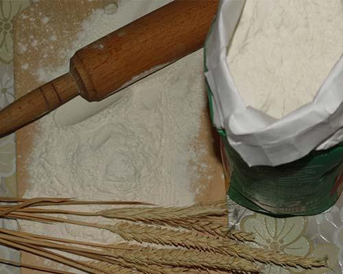 Пшеничная мука с колосьями и скалкой