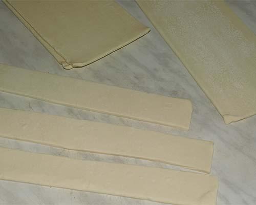 Слоеное тесто полосками