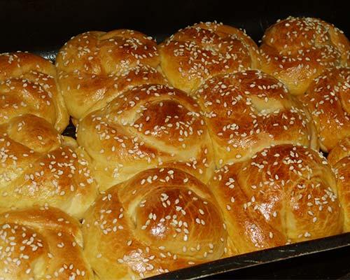 Готовые булочки с кунжутом