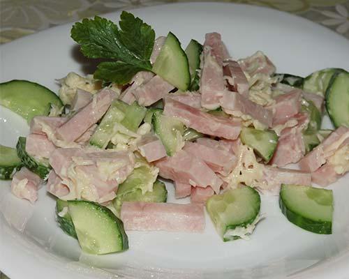 Salat s vetchinoj, ogurtsom i syrom