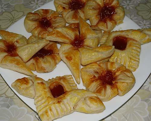 Слоеные булочки с абрикосовым вареньем
